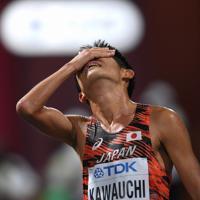 男子マラソン、29位でフィニッシュ後、顔を覆う川内優輝=カタール・ドーハで2019年10月6日、久保玲撮影