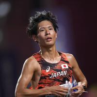 男子マラソンで走る二岡康平=カタール・ドーハで2019年10月6日、久保玲撮影