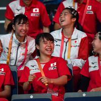 東京五輪の団体出場枠を獲得し杉原愛子(中央)ら笑顔の女子日本代表の選手たち=ドイツ・シュツットガルトで2019年10月5日、宮間俊樹撮影