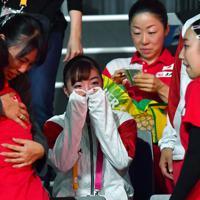 東京五輪の団体出場枠を獲得し涙を流す寺本明日香(中央)=ドイツ・シュツットガルトで2019年10月5日、宮間俊樹撮影