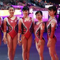 女子予選を終えて記念撮影する畠田瞳(左端)、寺本明日香(左端から4人目)ら女子日本代表の選手たち=ドイツ・シュツットガルトで2019年10月5日、宮間俊樹撮影