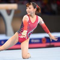 女子予選の床運動で演技する寺本明日香=ドイツ・シュツットガルトで2019年10月5日、宮間俊樹撮影