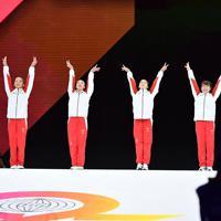 女子予選に臨む寺本明日香(右端)ら日本代表の選手たち=ドイツ・シュツットガルトで2019年10月5日、宮間俊樹撮影