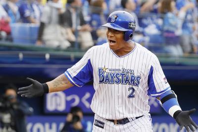 一回裏DeNA2死二塁、左越え2点本塁打を放ち喜ぶロペス=横浜スタジアムで2019年10月6日、尾籠章裕撮影