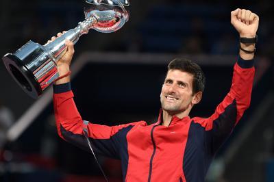 表彰式で優勝トロフィーを掲げて喜ぶジョコビッチ=東京・有明テニスの森公園で2019年10月6日、滝川大貴撮影