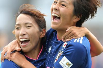【日本―カナダ】前半、ゴールを決めて喜ぶ岩渕(右、左は中島)=静岡・IAIスタジアム日本平で2019年10月6日、宮武祐希撮影