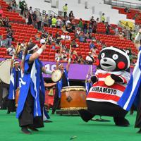 【フランス-トンガ】試合前に太鼓で会場を盛り上げる秀岳館高の生徒たちとくまモン=えがお健康スタジアムで2019年10月6日、徳野仁子撮影