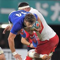 【フランス―トンガ】後半、ジャンプしてタックルをかわし突進するフランスのペノー(上)=えがお健康スタジアムで2019年10月6日、徳野仁子撮影