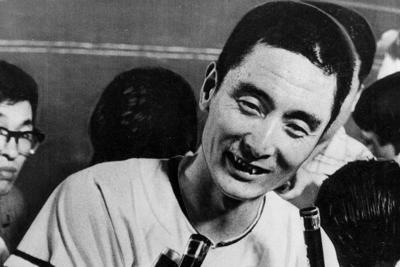 13年連続20勝を挙げ、取り囲む報道陣に喜びを語る国鉄の金田正一投手=1963年7月16日撮影