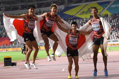 男子400メートルリレー決勝で3位となり、喜ぶ(左から)第1走者の多田修平、第2走者の白石黄良々、第3走者の桐生祥秀、アンカーのサニブラウン・ハキーム=カタール・ドーハで2019年10月5日、久保玲撮影
