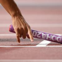 男子400メートルリレー決勝、スタート位置につく第1走者の多田修平=カタール・ドーハで2019年10月5日、久保玲撮影
