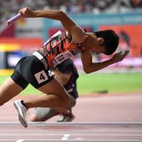 男子400メートルリレー決勝、スタートする第1走者の多田修平=カタール・ドーハで2019年10月5日、久保玲撮影