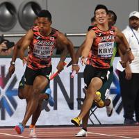 男子400メートルリレー決勝、第3走者の桐生祥秀(中央右)からバトンを受けて走り出すアンカーのサニブラウン・ハキーム=カタール・ドーハで2019年10月5日、久保玲撮影