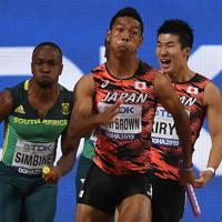 男子400メートルリレー決勝、第3走者の桐生祥秀(右)からバトンを受けて力走するアンカーのサニブラウン・ハキーム(中央)=カタール・ドーハで2019年10月5日、久保玲撮影