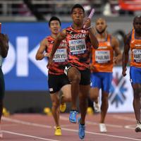 男子400メートルリレー決勝、第3走者の桐生祥秀(中央奥)からバトンを受けて走り出すアンカーのサニブラウン・ハキーム=カタール・ドーハで2019年10月5日、久保玲撮影