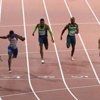 男子400メートルリレー決勝、3位でフィニッシュするアンカーのサニブラウン・ハキーム(右端)=カタール・ドーハで2019年10月5日、久保玲撮影