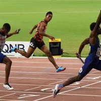 男子400メートルリレー決勝、3位でフィニッシュするアンカーのサニブラウン・ハキーム(中央)。右は1位の米国、左は2位の英国=カタール・ドーハで2019年10月5日、久保玲撮影