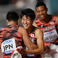 男子400メートルリレー決勝で3位となり、第3走者の桐生祥秀(左)と抱き合って喜ぶ第1走者の多田修平。右奥はアンカーのサニブラウン・ハキーム=カタール・ドーハで2019年10月5日、久保玲撮影