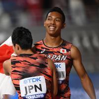 男子400メートルリレー決勝で3位となり、第3走者の桐生祥秀(手前)と喜び合うアンカーのサニブラウン・ハキーム=カタール・ドーハで2019年10月5日、久保玲撮影