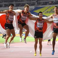 男子400メートルリレー決勝で3位となって喜ぶ、(左から)第1走者の多田修平、第2走者の白石黄良々、第3走者の桐生祥秀、アンカーのサニブラウン・ハキーム=カタール・ドーハで2019年10月5日、久保玲撮影