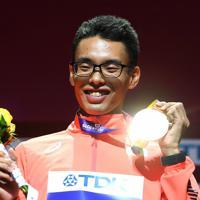 男子20キロ競歩で優勝し、表彰式で笑顔を見せる山西利和=カタール・ドーハで2019年10月5日、久保玲撮影