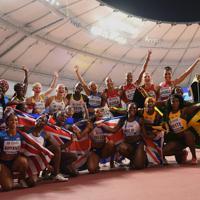 女子400メートルリレー決勝、レース後に記念撮影する出場選手たち=カタール・ドーハで2019年10月5日、久保玲撮影