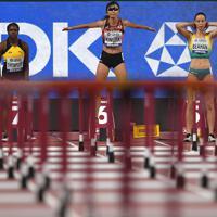 女子100メートル障害予選2組に臨む木村文子(中央)=カタール・ドーハで2019年10月5日、久保玲撮影