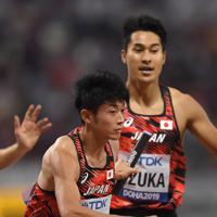 男子1600メートルリレー予選1組、第2走者の飯塚翔太(奥)からバトンを受けて走り出す第3走者の佐藤拳太郎=カタール・ドーハで2019年10月5日、久保玲撮影