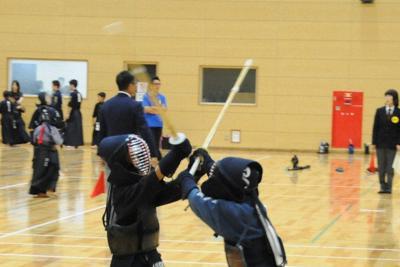 大会で技を競い合う子供たち
