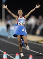 2004 Athens Olympics -- Japan's Mizuki Noguchi wins the gold medal in the women's marathon. It was the second consecutive victory in the sport for Japan following the 2000 Sydney event, where Naoko Takahashi won gold. The temperature hit 35 degrees Celsius at the start of the race. The vertical drop of the course was more than 200 meters, the largest in Olympic history. (Mainichi/Tsutomu Koseki)