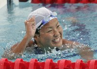 2004 Athens Olympics -- Japanese swimmer Ai Shibata wins the gold medal in the women's 800-meter freestyle. It was the first gold medal in 12 years for a Japanese female swimmer following the victory of Kyoko Iwasaki at the 1992 Barcelona Games. (Mainichi/Tsutomu Koseki)