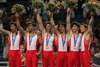 2004 Athens Olympics -- The Japanese men's gymnastics team wins the gold medal in the team event for the first time in 24 years since the 1980 Los Angeles Games. From left, Isao Yoneda, Hisashi Mizutori, Takehiro Kashima, Hiroyuki Tomita, Naoya Tsukahara and Daisuke Nakano are seen. (Mainichi/Takeshi Noda)