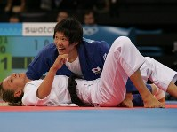 2004 Athens Olympics -- Japan's Ayumi Tanimoto wins the gold medal in the 63-kilogram division of women's judo. She won all five of her bouts by ippon, each within 2 minutes, including a default win. (Mainichi/Takeshi Noda)