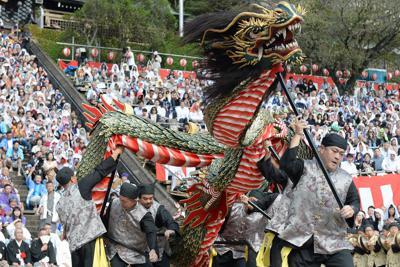 踊馬場を駆け巡り、見物客を魅了した籠町の「龍踊」=長崎市の諏訪神社で2019年10月7日午前9時34分、金澤稔撮影