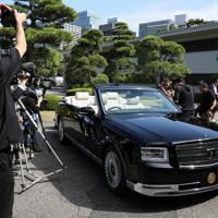 宮内庁が報道陣に公開した「祝賀御列の儀」で天皇、皇后両陛下が乗車されるオープンカー=皇居で2019年10月7日午前10時31分、佐々木順一撮影