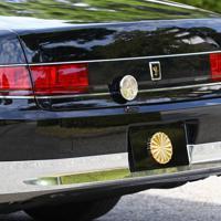 宮内庁が報道陣に公開した「祝賀御列の儀」で天皇、皇后両陛下が乗車されるオープンカー=皇居で2019年10月7日午前10時10分、佐々木順一撮影