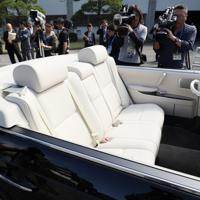 宮内庁が報道陣に公開した「祝賀御列の儀」で天皇、皇后両陛下が乗車されるオープンカー=皇居で2019年10月7日午前10時35分、佐々木順一撮影