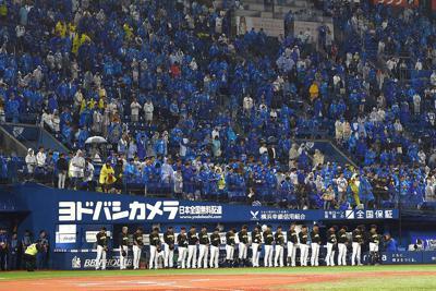 6日に亡くなった金田正一さんの冥福を祈って試合開始前に黙とうする阪神の選手と観客ら=横浜スタジアムで2019年10月7日、丸山博撮影