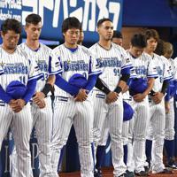 6日に亡くなった金田正一さんの冥福を祈って試合開始前に黙とうするDeNAの選手たち=横浜スタジアムで2019年10月7日、丸山博撮影