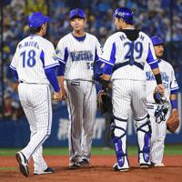 【DeNA-阪神】四回表阪神2死一、二塁で降板するDeNA先発の平良(左から2人目)=横浜スタジアムで2019年10月7日、丸山博撮影