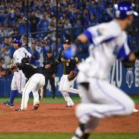 【DeNA-阪神】七回裏DeNA1死満塁、伊藤光(右)のゴロが阪神三塁手・北條(左)の失策となり、同点に追いつく=横浜スタジアムで2019年10月7日、丸山博撮影