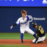 【DeNA-阪神】八回表阪神1死一塁、植田が二盗を決める=横浜スタジアムで2019年10月7日、丸山博撮影