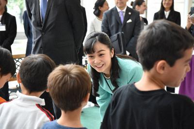ウィーンの日本人国際学校を訪問。子供たちに話しかける秋篠宮佳子さま=ウィーンで、9月