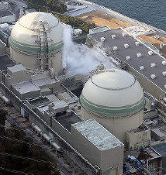 The No. 3 (front) and No. 4 reactors at the Takahama Nuclear Power Plant are seen in this photo taken from a Mainichi helicopter in Takahama, Fukui Prefecture, on Feb. 29, 2016. (Mainichi)