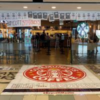 香港大学の校内ではスタバ店舗前に抗議のポスターが横たえられた