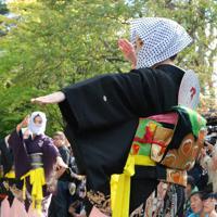 昨年の「新・秋田の行事」で披露された毛馬内の盆踊=秋田県文化振興課提供