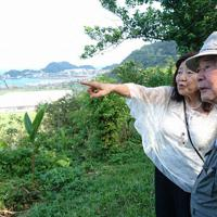 「心の故郷」の一場面から。台湾を訪れた武石道男さん(右)と中村信子さん=クリエイティブ21提供