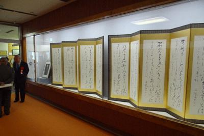 御風の筆による「良寛和尚遺詠」などが展示されている企画展「御風と屛風のある風景」=新潟県糸魚川市で