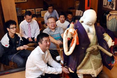 高山祭に向け、からくり奉納の練習をする布袋台の綾方=岐阜県高山市下一之町の「なべしま銘茶」で