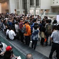 展示が再開された「表現の不自由展・その後」の入場抽選番号を確認する人たち=名古屋市東区で2019年10月8日午後1時38分、兵藤公治撮影